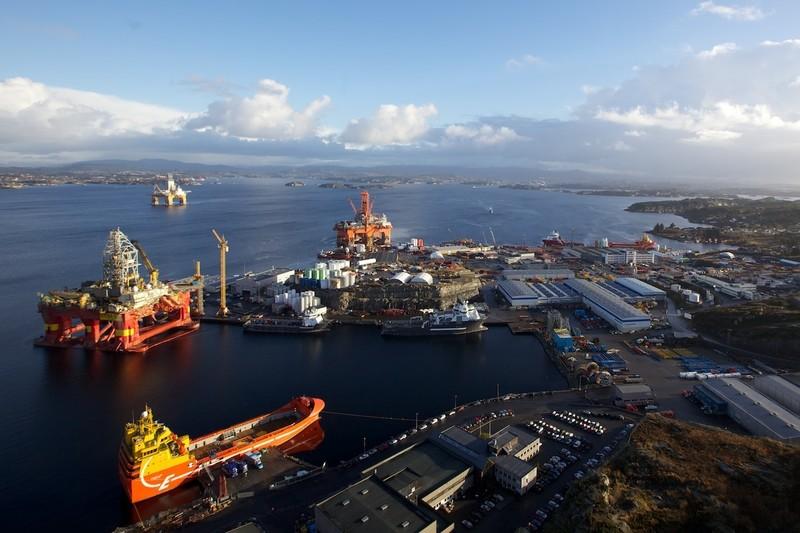 Et flyfoto av en havn i Canada. Skip og plattformer er fortøyd.