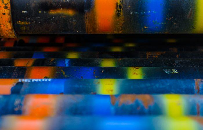 Nærbilde av rør med forskjellige farger spraymalt på.