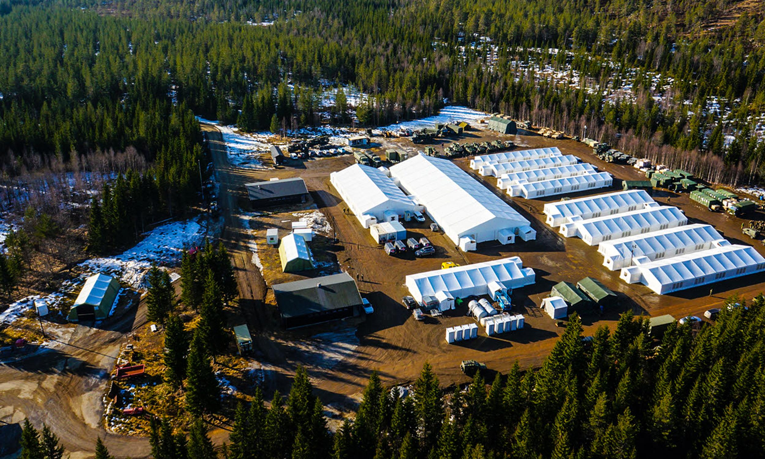 Flyfoto av en militærbase bestående av telt og brakker.