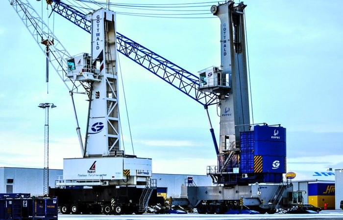 To store kraner står på Polarlifts fasilliteter en vintersdag.